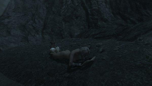 Мико на берегу водопада