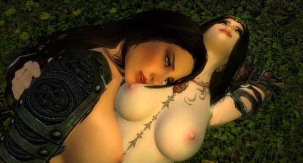 Нора с Лидией отдыхают в походе, на травке..