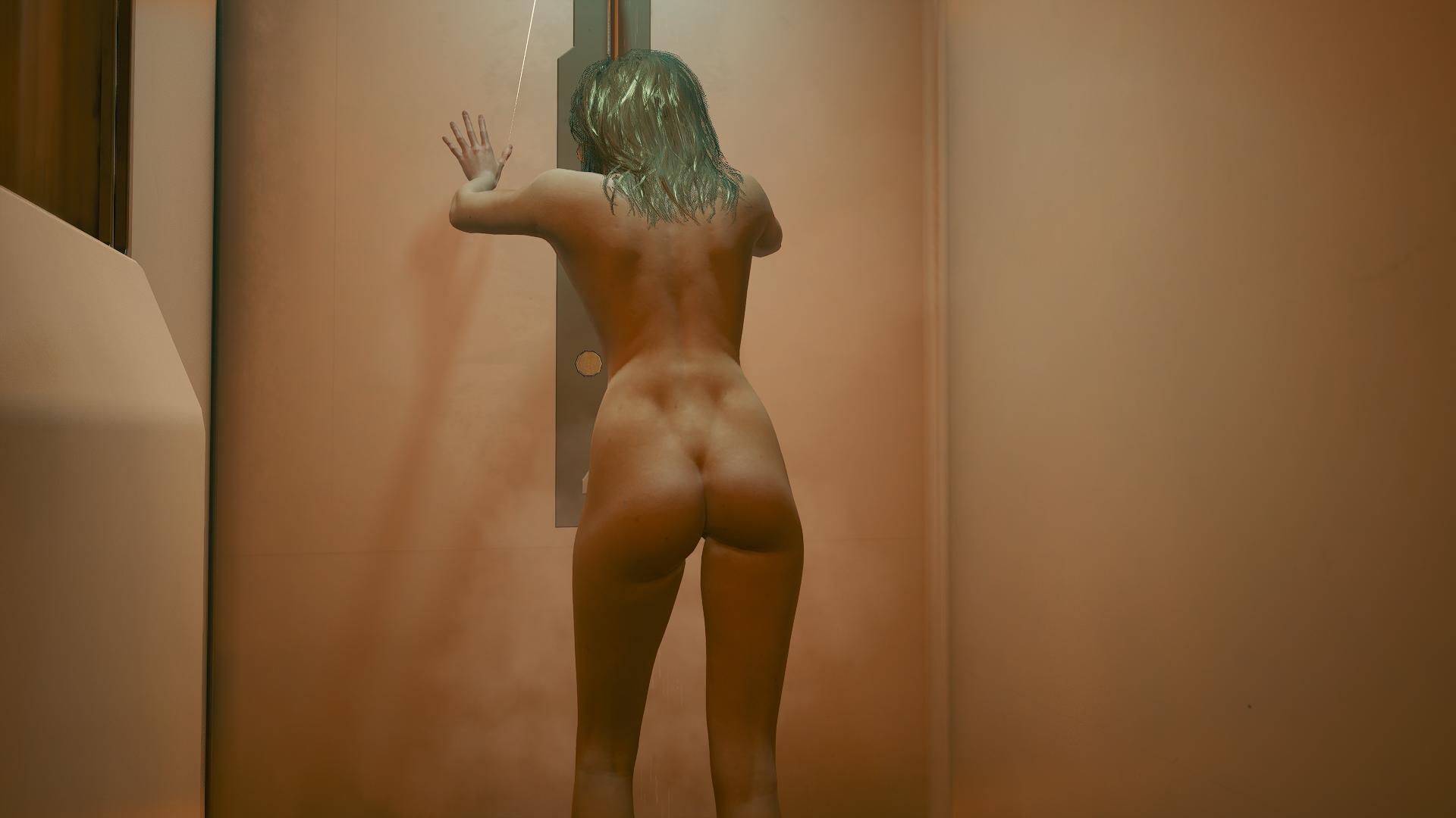Ви блондинка под душем.