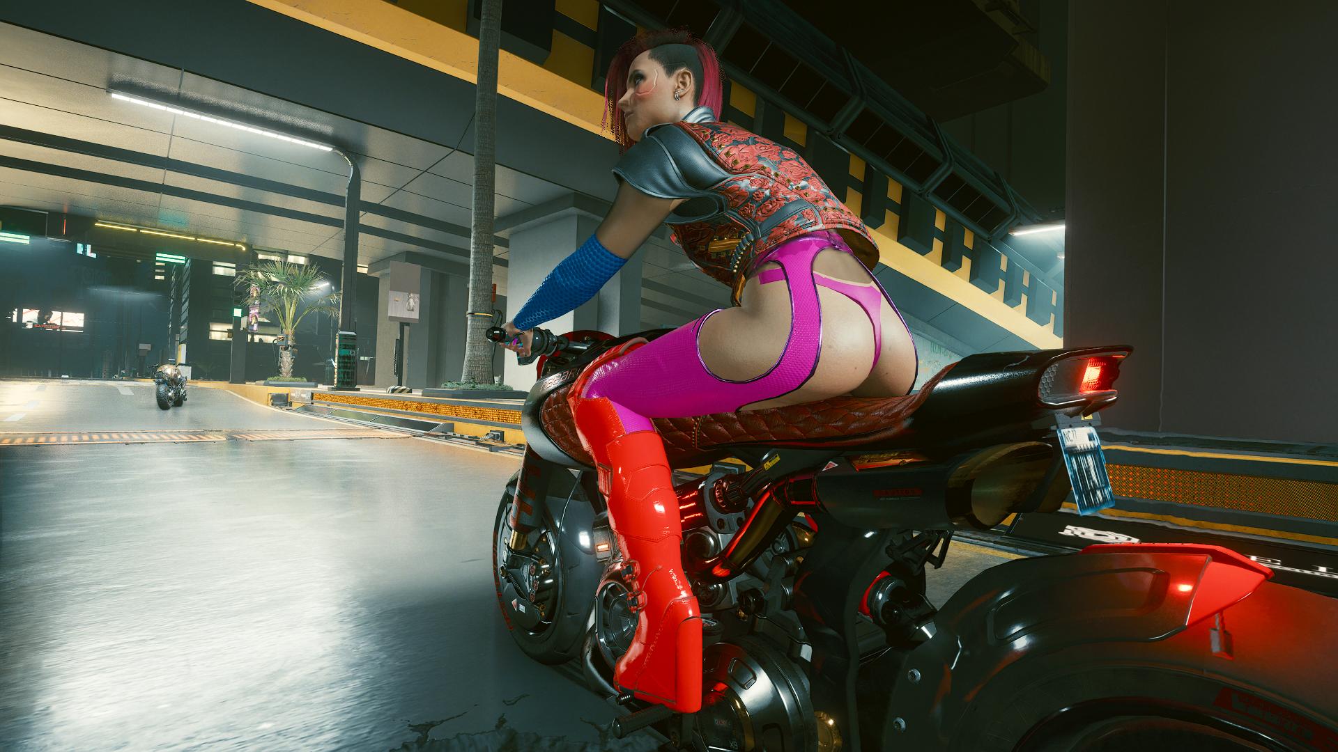 Ви катается на мотоцикле по ночному городу.