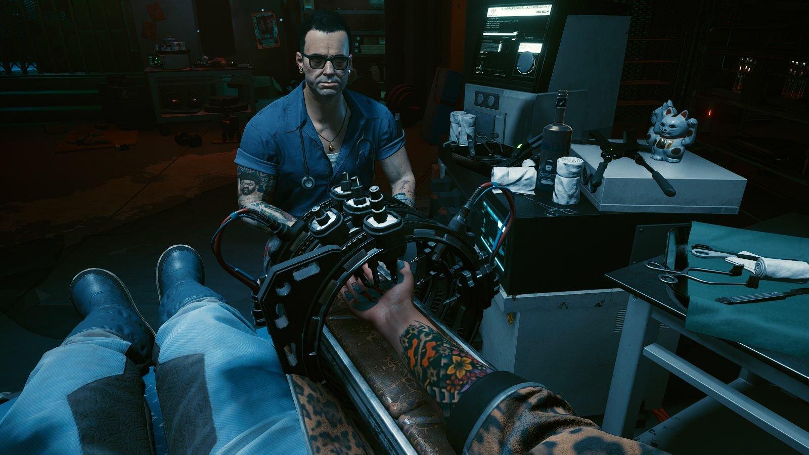 Виктор вставляет в кисть имплант Киберлинк.