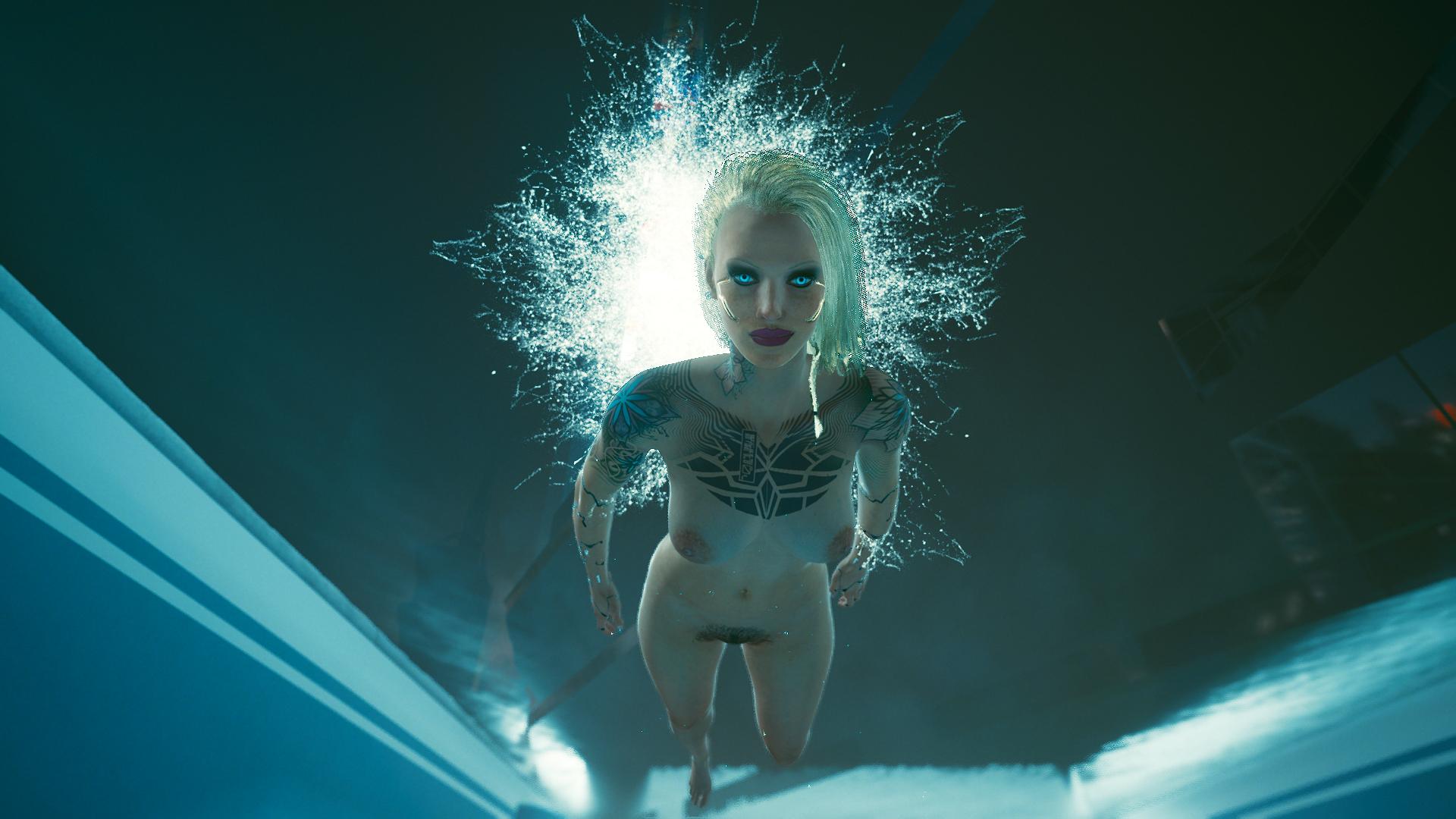 Ви блондинка купается в бассейне.