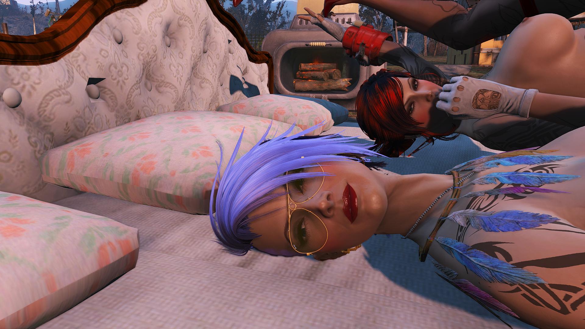 Айви и Алиса позируют в кровати.