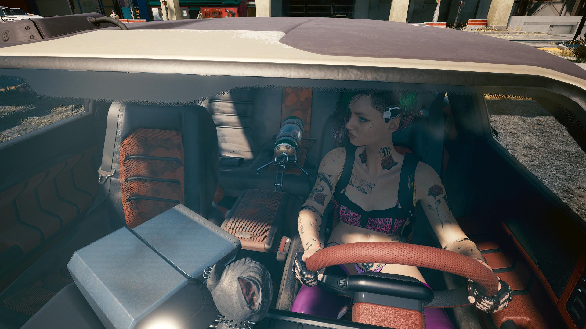 Джуди в машине.