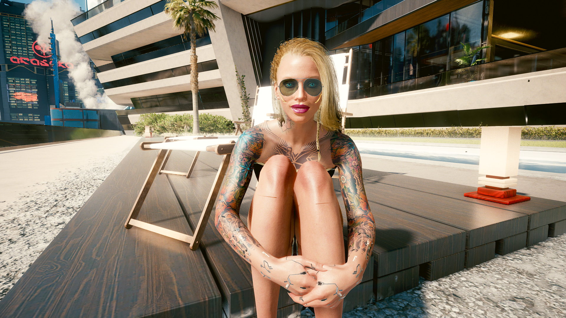 Блондинка Ви во дворике у бассейна.