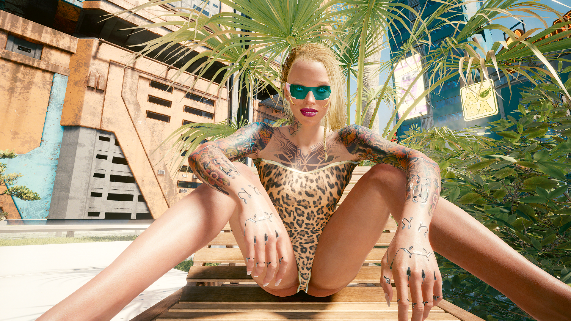 Блондинка Ви во дворике у бассейна -2.