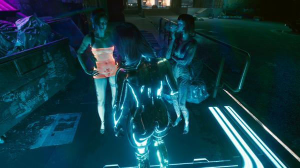 Ви с девушками рядом со входом в бар.